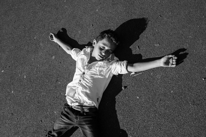 a Syrian boy pretends to be dead, Anières