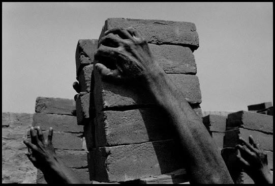 Intouchables travaillant dans une fabrique de briques Inde 1993 James Nachtwey.